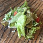 prato cafe - ★★★☆ サラダ  ガラスのプレートを通してテーブルが透けてまマス