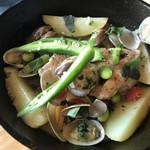 prato cafe - ★★★★ 若鶏とあさりとじゃがいものワイン蒸し  アサリの出汁が効いていてお肉もぷりっ