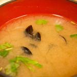 とんかつ八千代 - 定食は、このみそ汁とご飯がつきます。