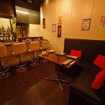 串揚げと旨酒 膳 - 1階です。カウンター4席、人気のソファー席はお早めに確保!!