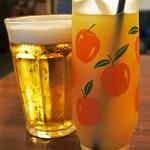 fatto - まずはビールとパインジュースでかんぱ~い!       グラスも昭和レトロ。       ビールはサッポロ黒ラベルだよ。