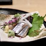 天ぷらと日本酒 明日源 - 【お造り】鯛の昆布締め、炙り鰹たたき、秋刀魚