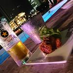 横浜港ボートパークHemingway Yokohama - 飲みかけのビールと食べかけの唐揚げ