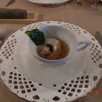 クーヴェール - コンソメのジュレー 温泉卵、ホタテ燻製