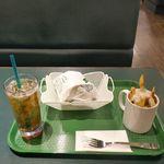 ラッキーピエロ - 今回は「チャイニーズチキンバーガー」、「ラキポテ」、「烏龍茶」をセットにした「人気NO.1セット」650円をオーダー。