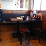 まるちゅう - カウンター席の更に奥に新設された小さな部屋に2卓8名分の客席が。