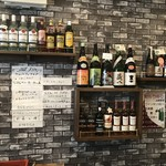スタンディングバー オオタニ - ドリンク写真:壁には、各種お酒が(2018.10.15)