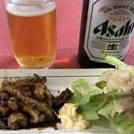 東和ラーメン - 瓶ビール450円+ホルモン350円