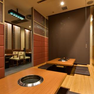 清潔感のある開放的な空間で、ゆったりと良質なお肉に舌鼓を打つ