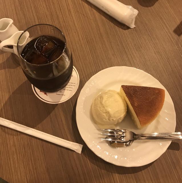 エアフォルク・ド・カフェ - チーズケーキと水出しアイスコーヒー。 美味し。