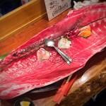 魚酒場ピン - カウンターに巨大なマグロ一匹が!