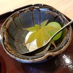 日本料理 水嶋 - 紅葉で飾り付けられたマスカットとヨーグルトアイス