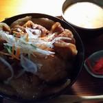 jou - 豚丼(ご飯大盛)と小豚汁(照明が、、、、)