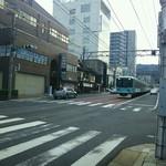 94650661 - お店の前は国道161号線。京阪電車の路面電車が走っている。