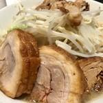 ラーメン 宮郎 - 期間限定の「シークワーサー」(並850円)+「豚マシ」(200円)※アブラマシ、ニンニク少なめ
