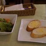 94664679 - サラダとパン