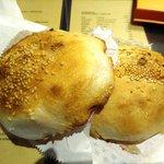 福州世祖胡椒餅 - 料理写真:周りはカリカリ。中の肉餡は気持ちスパイシーでとってもジューシー♪