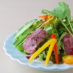 兎に角 - 道産牛の炙りサラダ