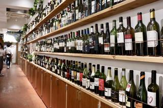 ワイン&焼肉レストラン 承陽庭 - ワインのボトルがずらり