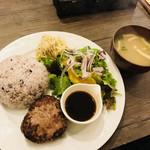 ごはんカフェ SHIMADAKE - ハンバーグは少し小ぶり でも、ご飯の量を増やしたので丁度良い量でした☆ みそ汁も結構美味しい