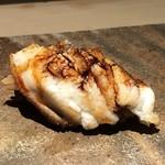 菊鮨 - 穴子・・穴子もフワフワ食感ですけれど、ツメが美味しい。