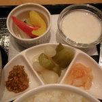 新宿中村屋 ルパ - 野菜の浅漬け、ヨーグルト、付け合わせ3種