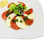 クリームチーズとトマトのカプレーゼ 香草バジルソース
