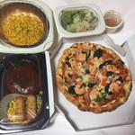 ガスト - シュリンプピザにチーズinハンバーグ、コーンオーブン焼きにミニサラダ。
