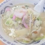 グラバー亭 - チャンポン680円 湯気からもわかるように熱々! でもちょっと豚骨の臭いが気になってしまったのと、麺が好みではなかったかも?