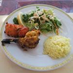 Ashoka - サラダと肉料理の皿 拡大