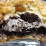 デイリーヤマザキ - 料理写真:クリームたっぷりシリーズからダブルチョコシュー128円断面