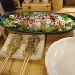先斗町 炭楽屋とりうめ - 玉ねぎの手作りドレッシングの野菜サラダ  つくねは色んな味付けがありました。