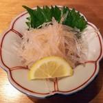 吟醸マグロ - サメ軟骨の梅和え500円