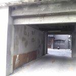 喫茶 美術館 - この路地裏のトンネルをくぐり抜けると玄関です