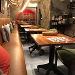 四川・餃子バル PAO2 - カフェ風の店内。