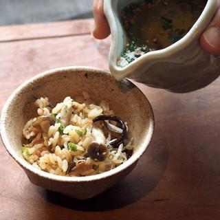 「ひつまぶし」の様に丸鶏スープをかけて味わう海鮮セイロごはん