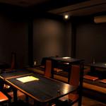 餃子屋本舗 - <喫煙>黒を基調にしたシックな空間です。20名様程度のご宴会にも対応。他の空間とは離れたところにあります。
