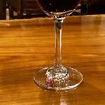 94723586 - グラスの脚に紅い石のリングが!