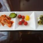 ウッドペッカー - セルフサービスの漬け物たち。 キムチ、きゅうり、梅干し、高菜、たくあん 日によって内容が違う様子。