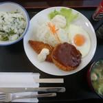 ウッドペッカー - B定食  918円(税込) メンチカツ + 白身魚フライ + 目玉焼き ご飯は白米か混ぜご飯をセルフで。
