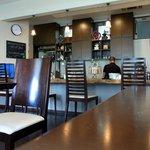 自家焙煎珈琲 みなと珈房 - 少し右に振りました。 ここは、カウンター席になっています。 その奥が調理場ですね。 店主さんが美味しいコーヒー等を作っています。  カウンター席の間隔は広く取られていてくつろげそうです。 気持ちよい空