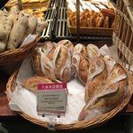 メゾンカイザー - 六本木店限定のピスタチオのパン(368円税込)