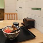 吉野家 - タイル張りの店内と季節限定メニュー鶏生姜丼。