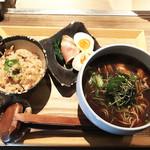94742497 - 牡蠣そばBLACK(900円)+炊き込みご飯(100円)