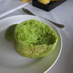 ふれんち茶懐石 京都福寿園茶寮 - 抹茶を練り込んだプチパン 内部