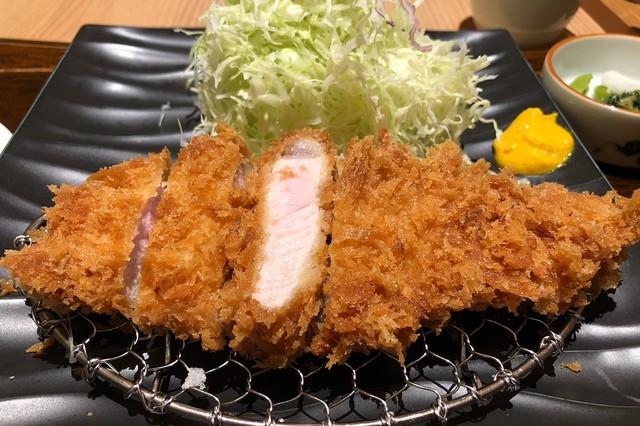 舞浜イクスピアリのロースカツご飯は子連れ家族におすすめ!衣もサクサクで美味しいです。