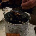 シンプルキッチン - バケツいっぱいのムール貝