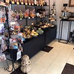 エチエンヌ - ハロウィンの飾りが沢山ある店内