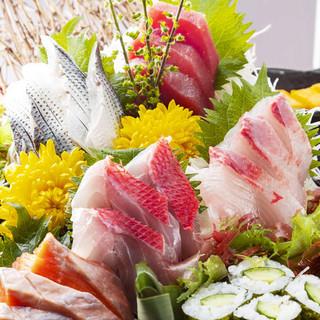 魚河岸直送!豪華に鮮魚を盛り込んだ名物「大盃盛り」1980円