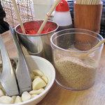 博多ラーメン 膳 - 卓上。紅しょうが・すりゴマ・クラッシュニンニク。